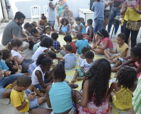 uma das brincadeiras foi deixar cada criança confeitar seu próprio bolinho, foi muito lindo de se ver